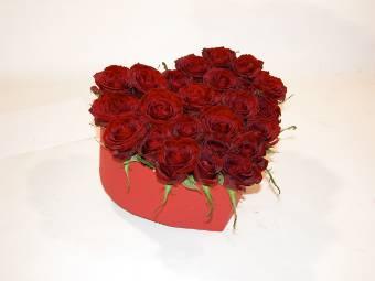 Scatola a forma di cuore con rose rosse