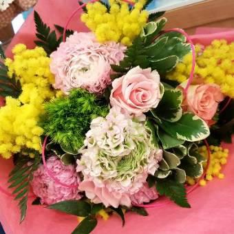 Roselline e fiori rosa con Mimosa.