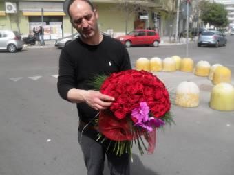 mazzo di 100 rose con orchidea