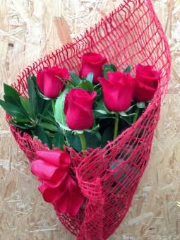 bouquet di 6 rose rosse naturali con verde ornamentale