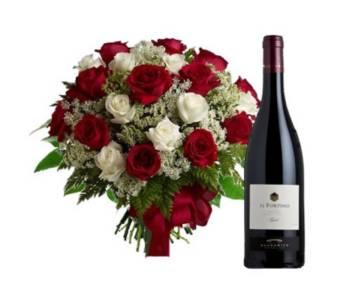 Bouquet di rose rosse e bianche con bottiglia di vino