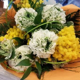 Bouquet mimosa e fiori bianchi