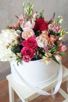 scatola cilindrica con fiori