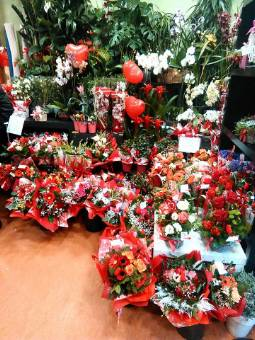 bouquet assortito con rose rosse