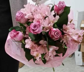bouquet di rose con verde e confezione regalo