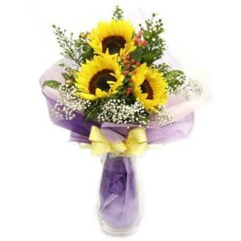 Fascio lungo con 3 girasoli e altri fiori di stagione