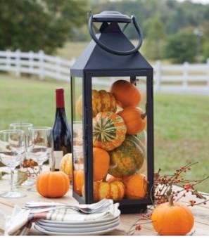 Lanterna decorata con zucche autunnali
