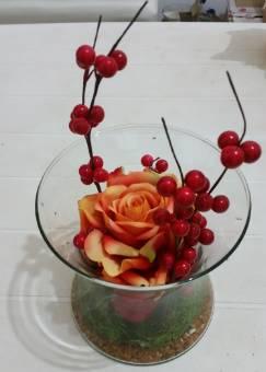 vaso di vetro con rosa in tessuto