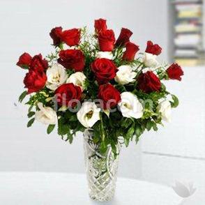 Bouquet rose rosse e altri fiori