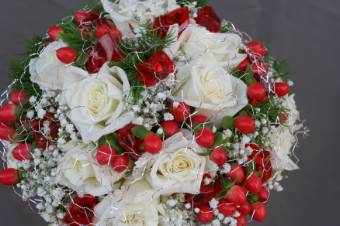 bouquet assortito con rose rosse