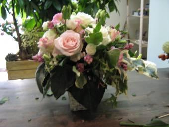 composizioni vaso vetro con rose rosa e fiori bianchi