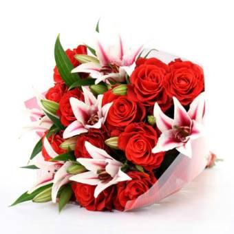 Mazzo elegante con ROSE ROSSE e GIGLI