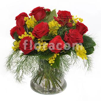 Bouquet rose rosse e gerbere con mimosa.