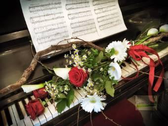 Mazzo di 3 rose rosse con altri fiori