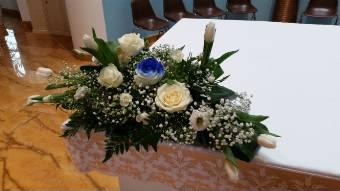 centrotavola di rose bianco/blue e tulipani