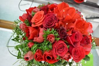 mazzo rose rosse e fiori di campo