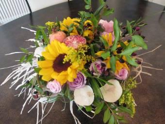 Bouquet misto con fiori e frutta