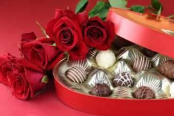Mazzo con 5 ROSE ROSSE LUNGHE e cioccolatini
